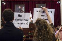 A nemzet nagyjai 2015.05.27. A Város Mindenkié civil szervezet demonstrál a Fővárosi Közgyűlésen a hajléktalanokat a budapesti közterületekről kitiltó rendelkezés ellen, Tarlós István főpolgármester jelenlétében.