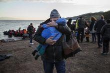 Érkezés Európába Egy menekült férfi öleli át fiát december 4-én reggel, miután épségben megérkeztek csónakjukkal Törökországból a görög Leszbosz szigetére. A tengeren tavaly több, mint hétszázan lelték halálukat.
