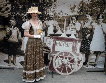 Fagylaltozók Retró fotózás egy régi kép elött.