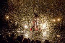 Szerelem Thomas Jolly rendezésében Arlequin-ra és szerelmére arany-eső hullik az előadás csúcspontján. II. Madách Imre Nemzetközi Színházi Találkozó, 2015. Nemzeti Színház.