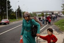 Menekülés határok nélkül Menekültek gyalogolnak Ausztria felé a hegyeshalmi határátleklőn, 2015.09.05-én. Előző éjszaka Ausztria a rendkívüli helyzetre való tekintettel ideiglenes megnyitotta határait.