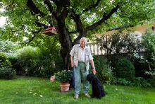 Bálint gazda Bálint György háza kertjében Berci kutyájával 2015 augusztus 5-én.