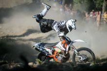 Fly Egy résztvevő halad motorjával a siroki motorostalálkozón rendezett motoros hegymászóversenyen 2015. július 25-én.