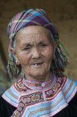 """Hmong nő Észak-Vietnam """"Isten háta mögötti"""" kis falujában a hmongok még őrzik hagyományaikat. Mindennapi öltözékként használják a népviseletet."""