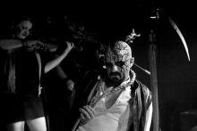 Virrasztók A pécsi zenekar a népzenei elemeket ötvözi a dark-goth metál zenével, mondanivalójuk fő témája a halál, a virrasztás hagyománya, ami színpadi megjelenésükben is szerepet kap.