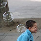 Szappanbuborékos fiú Londonban némi aprópénz reményében óriás szappanbuborékokat eregetnek a gyerekek legnagyobb örömére. Ez a fiú, mint egy kisicica úgy ugrált, hogy elkapja a méretes buborékokat.