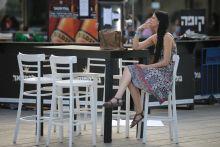 Slukk Tel Avivi pillanatkép egy sodort cigaretta utolsó slkukkját élvező nővel.