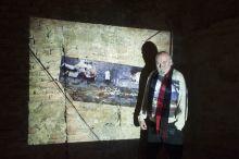 Dús Dús László képzőművész a Kiscelli Múzeumban 2015. február 11-én.  Az amerikai absztrakt expresszionizmus képviselője hazánkban.