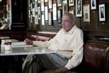John Lukacs kedvenc budapesti kávéházában a Centrálban John Lukacs, Széchenyi-díjas magyar születésű amerikai történész. 1924-ben született Budapesten, majd 1946-ban emigrált. Lukacs legfontosabb kutatási területe a második világháború története.