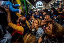 Budapest - München Szeptember 3-án megnyitották a Keleti pu. kapuit az ott tartózkodó menekültek előtt. A napok óta információ nélkül várakozó emberek pánikszerűen, mindent hátrahagyva próbáltak feljutni a vonatokra.