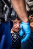 Merre tovább? Menekült fiú várakozik augusztus 26-án a röszkei ellenőrző ponton a rendőrsorfal előtt. Itt buszokra terelték, majd a környező menekülttáborokba szállították az embereket.