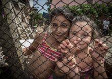 Rácsenergia Székelyhíd, Románia. Gyerekek töltik a szünidőt a cigánytelepen