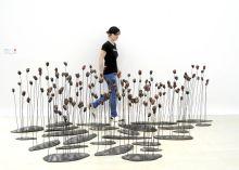 Rabóczky Judit Rabóczky Judit szobrászművész Pipacsok című alkotása mögött.