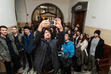 Fontossági sorrend Puzsér Róbert szelfit készít támogatóival, akiket a Facebookon hívott meg bíróságí tárgyalására, miután Hajdú Péter beperelte. Budapest, 2015 március 12.