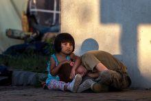 Vigasz Augusztus 26-án este, egy menekült kislány próbálja nyugtatni barátját a röszkei menekülttáborban. Amíg tovább nem szállították őket az ország többi táborába, itt kaptak ideiglenes szállást és élelmet