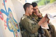 Izraeli katonák pillangóval A Gázai-övezet közvetlen szomszédságában található Netiv Haasarah izraeli falu, amely legközelebbi célpontja a Hamasznak. Egy itt élő zsidó művész mozaikokkal rakja ki a biztonsági falat és környékét.