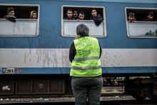 """""""Ők is emberek"""" Önkéntes búcsúztatja a menekülteket Zákánynál 2015. szeptember 27-én."""