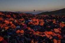 Leszbosz Csónakokkal érkezett menekültek hátrahagyott mentőmellényei a görög Leszbosz szigetén. Görögországba tavaly 800 ezernél is többen érkeztek, és az átkelés során több mint 700-an vesztek a tengerbe.