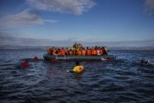 Menekültválság Tartósnak ígérkezik és alapjaiban változtatja meg Európát a mostani, méreteiben és összetettségében is példa nélküli menekültválság. A szíriai és az iraki konfliktus elől menekülve, 2015-ben több mint egymillióan lépték át az Európai Unió határait. Ennek következtében a kontinens a II. világháború óta nem látott menekülthullámmal küzd. Az idei év végéig további 3 millió menekült érkezhet. Miközben az Európai Unió tagállamai egész évben megosztottak voltak a szükséges intézkedéseket illetően, Magyarország október végéig minden érintett határszakaszát lezárta.