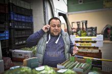 A főnök Szabó Attila, vállalkozó és üzlettulajdonos pakolja a zöldségeket a piacon történő bevásárlás után. Amikor rengeteg munka fut be ő is mindig kiveszi a részét az emberei mellett a munkából.