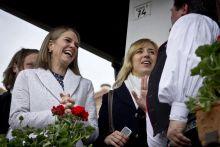 """""""Piros tojás, fehér nyuszi..."""" Colleen Bell amerikai nagykövet mosolyog a hollókői lányok megöntözése után, április 6-án. Látogatásának fő célja a magyar húsvéti hagyományok megismerése volt."""