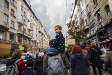 Üres Lakások Menete 2015.10.17., Budapest. Háromszáz ember tüntetett a méltó megélhetésért és a megfizethető lakhatásért az 5. Üres Lakások Menetén a VIII. kerületben, ahol több rászoruló családot is kilakoltattak.
