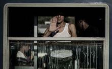 Köszi Migráns, az őket szállító vagon ablakából köszöni a segítséget, a Szeged -Hegyeshalom vonalon közlekedő szerelvényen. 2015.07.14.