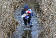 Menekult valsag 2015 Koszovo Alban ferfi a jeghidek vizen keresztul hozza at gyermeket a Szerb-Magyar hataron,Asotthalomnal 2016 Februar 6.-an