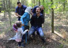 Cím nélkül Rendőrök elfognak egy szír menekültet, miután családjával illegalisán átlépte a határt, Röszke közelében., Augusztus 28-án.