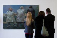 Nézők  Betuker István kolozsvári festő első önálló magyarországi kiállítását szemléli Alexandru Victor Micula román nagykövet és kolléganője. A diplomatákat Zsinka Gabriella művészettörténész, a kiállítás