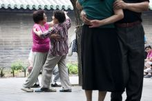 Az egészség kertjében A Peking belvárosában elhelyezedő Mennyei Béke Templomának (Temple of Heaven) kertje és parkja kora hajnaltól folyamatosan telítődik a testi és lelki rekreáció legváltozatosabb formáit űző emberekkel. Szinte minden négyzetmétert kihasználva játszanak, sportolnak, gyakorolnak, zenélnek a helyi közép és szépkorú lakosok. A mentális és fizikai egészség rendkívül fontos része a kínai hétköznapoknak, a parkok napnyugtáig tömve vannak a helyi lakosokkal, tinédzserektől az dédszülőkig, táncbajnokoktól a kerekesszékkel tai chi-zőkig. Az utolsó pekingi napomat velük töltöttem.
