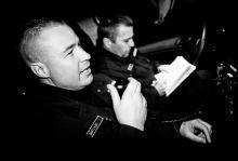 Zsaruvér Ma este bármi előfordulhat, vetette oda a két debreceni rendőr, Mezőfényi Szilárd és Lénárt Lajos, miközben kiléptek a rendőrőrs ajtaján, hogy megkezdjék az éjszakai szolgálatukat.