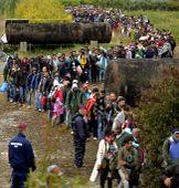 Sorbanállás Schengennél A horvát zöldhatáron át érkezett migránsok várják, hogy a magyar rendőrök vonatra szállítsák őket Gyékényes vasútállomás mellett 2015 szeptember 26-án.