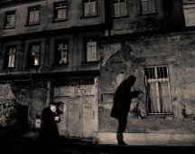 pihenő operatőr munka utáni cigarettája Prágában