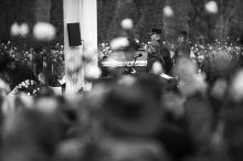 """Göncz Árpád temetése Hosszú betegeskedés után idén ősszel elhunyt Göncz Árpád egykori köztársasági elnök, műfordító, szabadságharcos. A rendhagyó módon az Óbudai temetőben megtartott szertartásra tisztelők ezrei zarándokoltak el. A végakarat körüli botrányok és a színpadon helyet foglaló állami méltóságok legalább akkora, ugyanakkor csöndes megrökönyödést keltettek a résztvevőkben, mint Orbán Viktor hátsó soros """"privát"""" látogatása. A tisztelők áradata az éjszakába és a másnapba nyúlva folytatódott a sírhelynél."""
