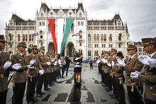 Lánykérés a Kossuth téren Augusztus 20 -án a tisztavatást követően Kovács Márton frissen avatott hadnagy, megkérte barátnője kezét.A megható eseményhez az ifjú tiszt barátai álltak sorfalat.