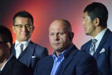 A legendás Fedor Emelianenko visszatér A RIZIN FF vezetői (háttérben) a 2015. október 8-i sajtótájékoztatón jelentik be Tokióban, hogy a három éve visszavonult orosz Fedor Emelianenko (középen) visszatér a küzdősport világába.