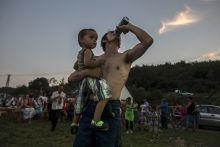 Bódvalenkei Vigasságok Helyi férfi gyermekével a Bódvalenkei Vigasságokon Észak-Magyarországon. A 90 százalékban mélyszegénységben élő romák lakta faluban az egy főre jutó jövedelem havi 8 ezer forint. Sok házban víz sincs.