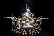 A terem A Győri Balett táncosai alkotnak kompozíciót a Győri Nemzeti Színház színpadán, Velekei László Harangozó-díjas koreográfus új darabjának népszerűsítése érdekében kiadott műsorfüzethez október első nap