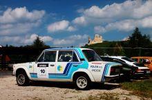 Történelmi pillanat Helyszín: Döbrönte. I. Volán Rallye Historic, 2015.05.16. Háttérben Szarvaskő Vára.