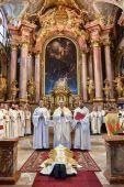 """Késői hivatás Várszegi Asztrik pannonhalmi főapát szenteli pappá Kerekes Hubertet 2015 augusztus 21-én a győri bencés templomban. A pápai származású atya """"késői hivatás"""", 50 évesen került a papság második rendjébe."""