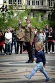 Aki nem lép egyszerre…   Katonazenekar koncertjén átszellemülten menetelő kisgyerek a Bazilikánál.