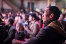 Holdújév Fujianben Fujian tartomány egy kis halászfalujában évtizedek óta hagyomány a kínai újév sorám megrendezett háromnapos fesztivál. Ez az újév negyedik napján kezdődik egy felvonulással, amely során a menet a falu minden házát meglátogatja hogy az istenek jó szerencsét hozzanak. A három nap alatt Fujian egyik utolsó vándortársulata Min opera-előadásokkal szórakoztatja a falu népét, amely ilyenkor 200 főről több mint 1000-re nő a hazalátogató rokonok és családjuk által. Az operatársulat egyike az utolsó családi vándorszínész-csapatoknak Kínában, akik teljes zenekarral, élőben adnak elő.