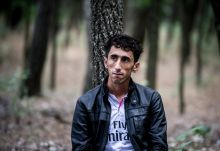 Ásotthalom erdeiben Iraki kurd férfi vár az elszállításra Ásotthalom erdős területén, miután a helyi mezőörség elfogta, június 20-án.
