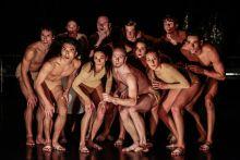 """Fény felé Részlet Velekei László """"A terem"""" című koreográfiájából, melyben a Győri Balett táncosai a halál utáni pillanatokat mutatják be a nézőknek egy kis humorba bugyolálva egy október 10-i előadáson."""