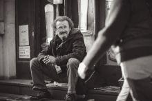 Herceg Árpád költő, író Herceg Árpádnak eddig egy kötete jelent meg, Szobánk falára címmel. Jelenleg a Vámház körúton terjeszti a Fedél Nélkül című hajléktalanok által írt lapot, amelyben sorra jelennek meg az ő versei is.