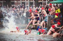 Újévi csobbanás  A hollandok hagyományosan újévi merüléssel köszöntik az új évet. Minden új év első napján beleugranak a fagyos tengerbe, csatornák vizeibe. 2015. január 1. - Leeuwarden