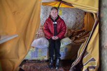 """Téli menedék A hajléktalanként élő Alföldi Józsefné üldögél a sátrában október közepén valahol egy Győr melletti eredőben. Az évek óta fedél nélkül élő asszony csak nagy mínuszok esetén hagyja hátra """"otthonát""""."""