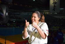 Szepesi Csenge karate világbajnok bájos mosolya A soproni sportolőnő a TV kamerái előtt pózol néhány percccel azután, hogy november 1-én megnyerte a Kyokushin Karate Világbajnokságot Tokióban. Bájos mosolya elkápráztatta a japán embereket.