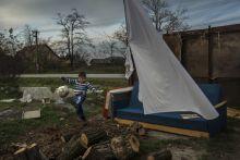 Pusztaföldvár Egy roma kisfiú focizik családja házának udvarán Pusztaföldváron,  Békés megyében. A magyarországi cigányság közel 90%-a él mélyszegénységben.